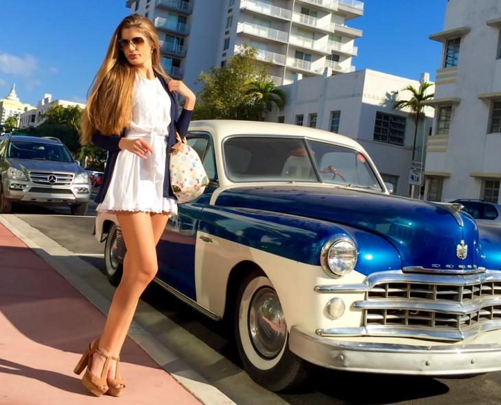 Melaie Martins posa junto a coche antiguo