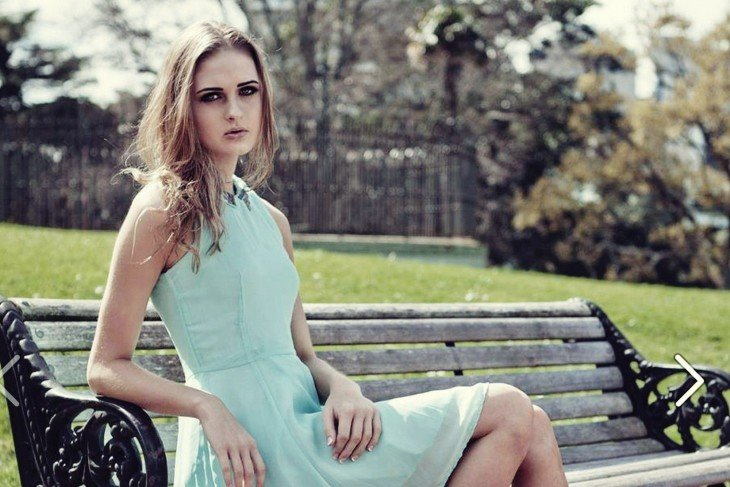 Nela Zisser sentada en una banca del parque