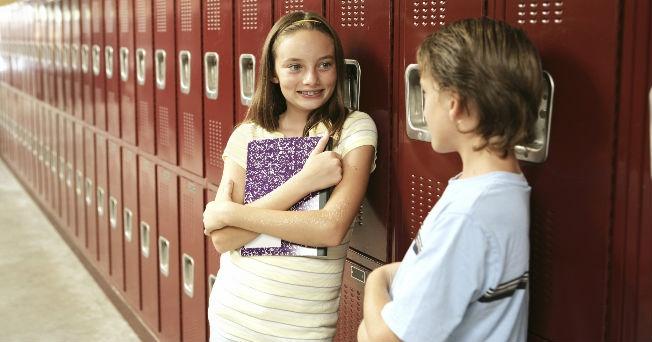 Niños platican en el pasillo de la escuela