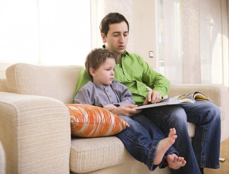 Padre e hijo leyendo en casa