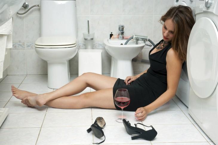 Mujer ebria duerme en el baño
