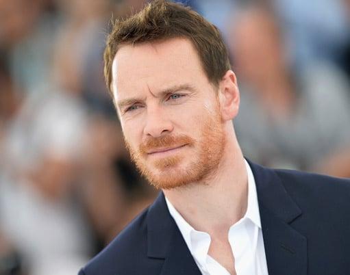 Hombre en traje con barba roja