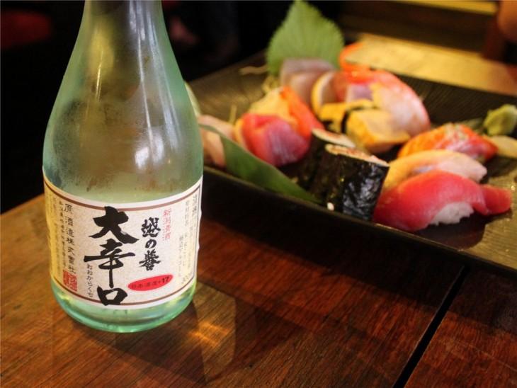 Cena con sake y sushi