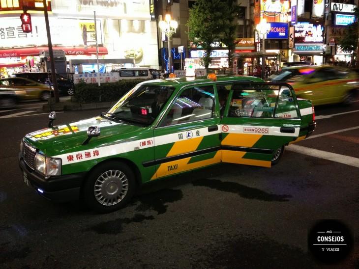 Taxi parado en el centro de Tokio