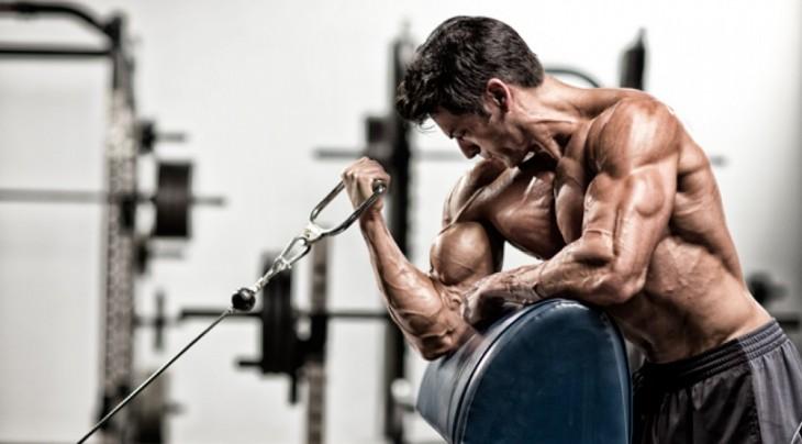 Hombre se ejercita en el gimnasio