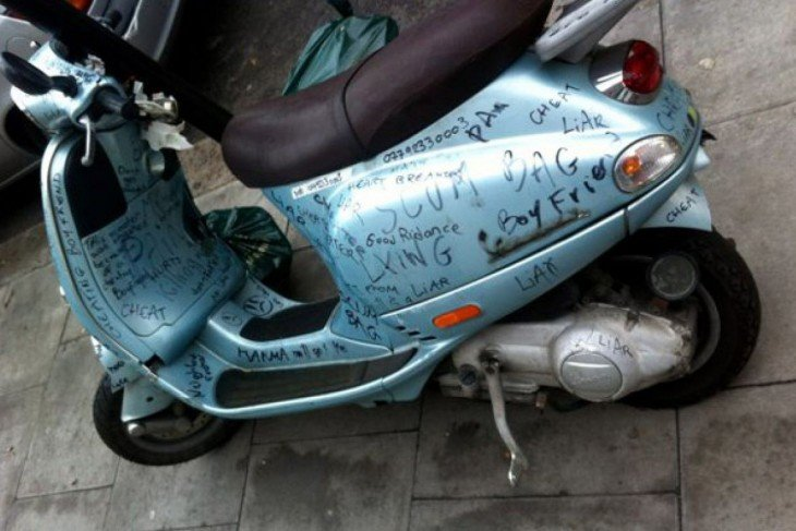 motocicleta pintada por novia despechada