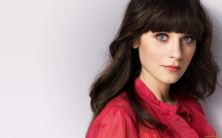 Zooey Deschannel con blusa roja