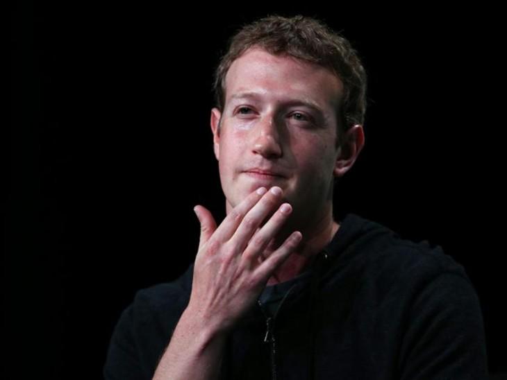 Zuckerberg con la mano en la barbilla
