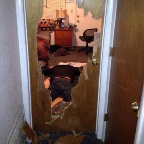 borracho rompe puerta