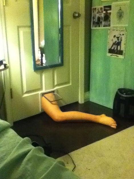 borracho pierna atorada en la puerta