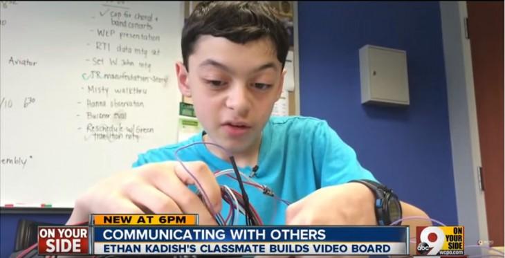 Jacob Smilg chico creando una herramienta para que su amigo se pueda comunicar