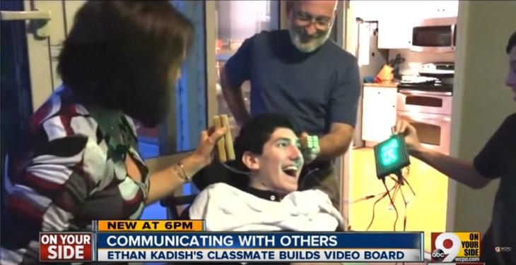 Personas poniendo a prueba un aparato para que Ethan se pueda comunicar de nuevo
