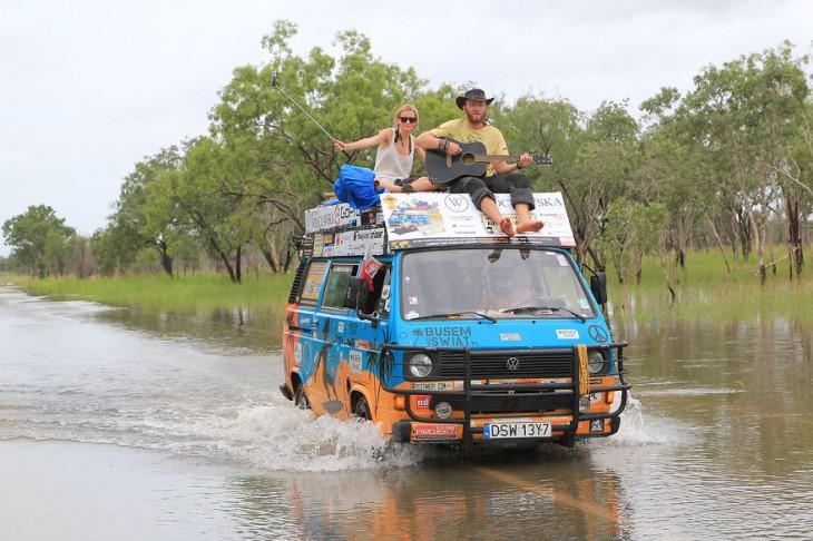 pareja de polonia cruzando el rio en su van