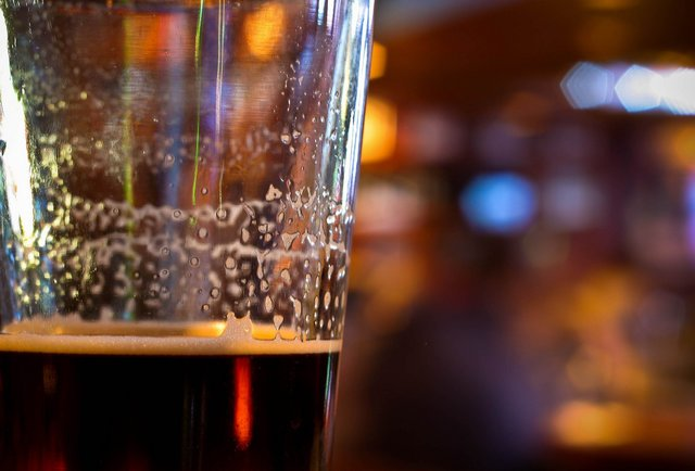 vaso de cerveza casi vacío