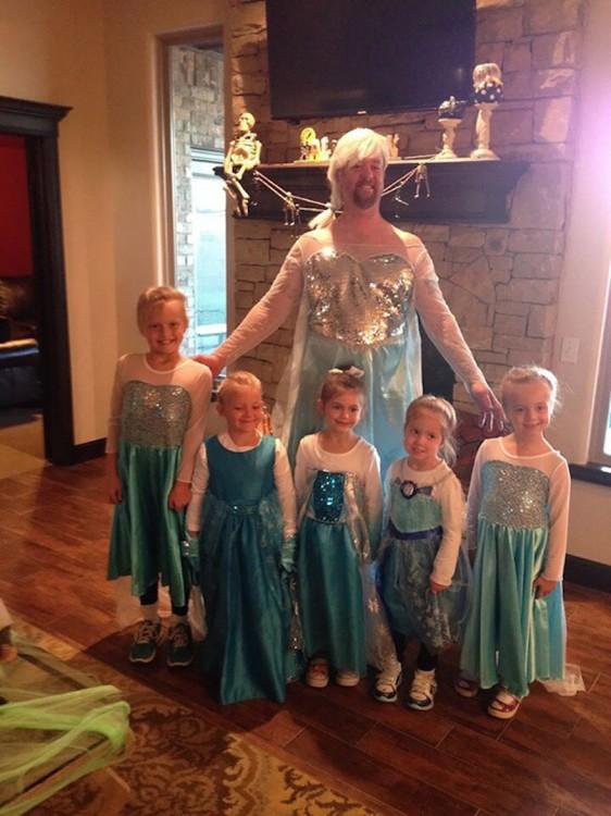 """hombre junto a 5 niñas vestidos de la princesa Elsa de la película """"Frozen"""""""