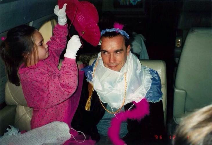 Arnold Schwarzengger jugando junto a su hija