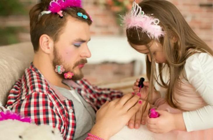 niña pintando las uñas de su padre