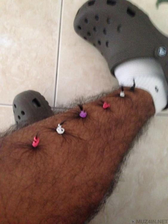 pierna de un hombre con pequeñas coletas en sus bellos