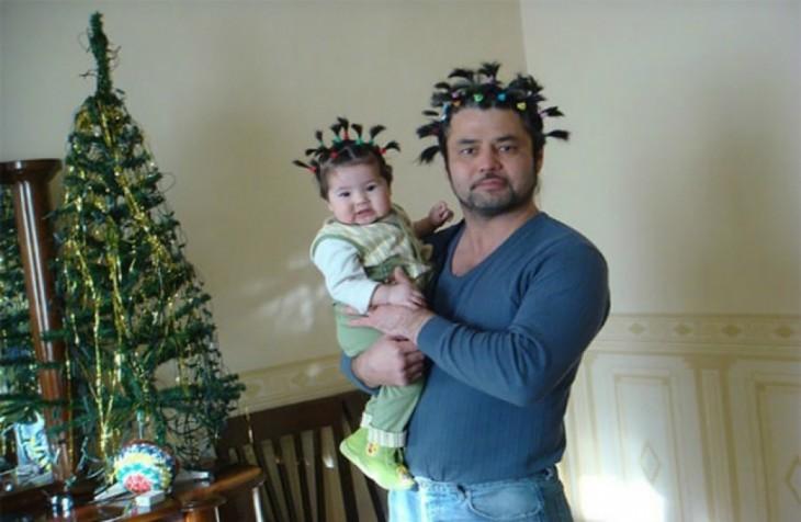 Hombre cargando a su bebé peinados de la misma manera