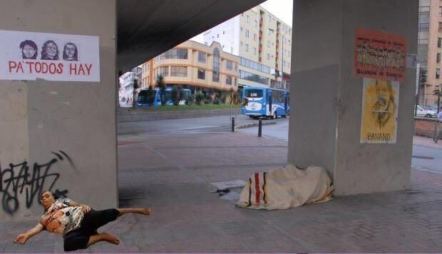 señora se queda dormida, dormida en la calle