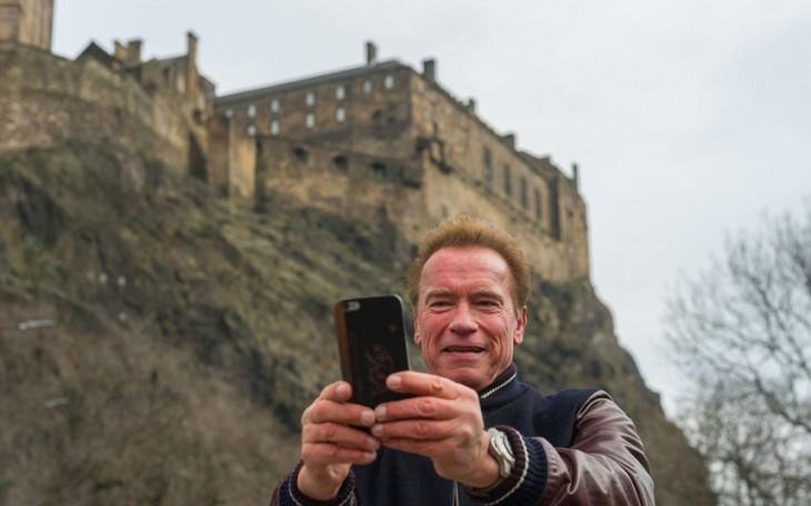 Arnold Schwarzenegger se toma selfie en Escocia