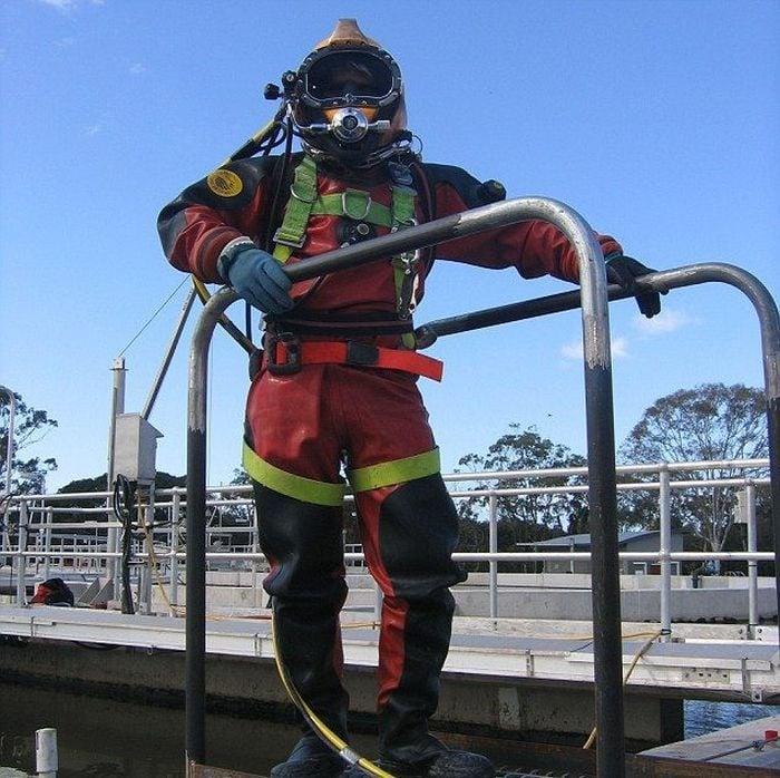 Buzo profesional entre deshechos de las alcantarillas en Australia