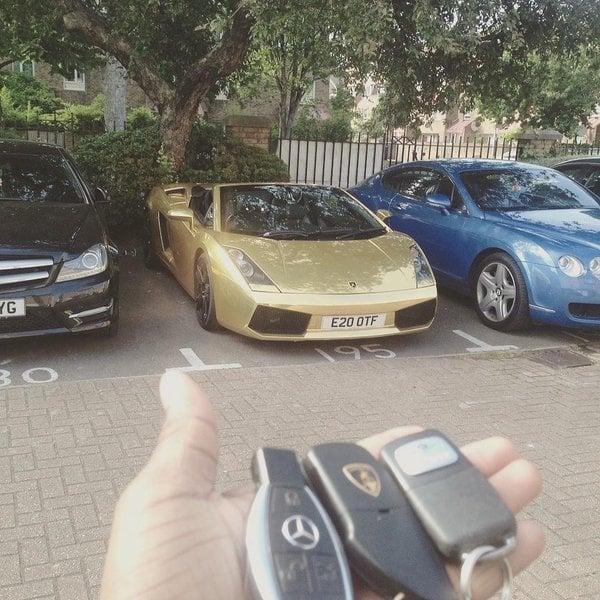 Llaveros de tres coches de lujo estacionados
