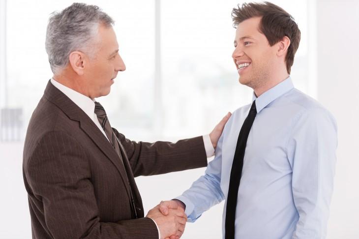 Saludo de mano entre dos hombres