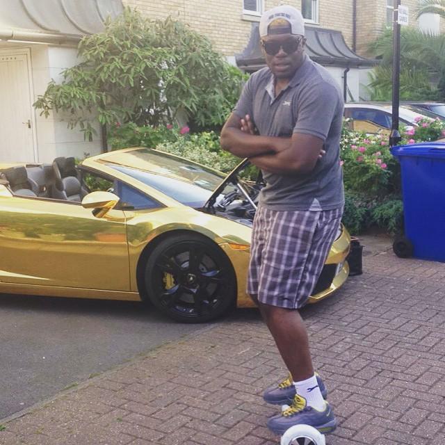 Elijah dejó la universidad y ahora gana miles de dólares al mes