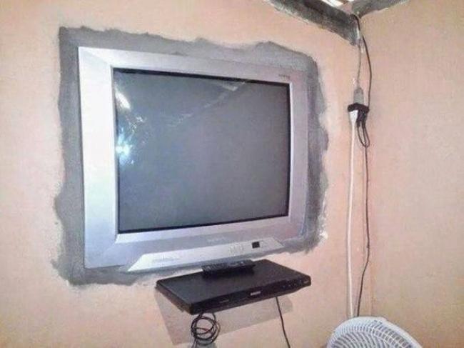 televisión y hueco en la pared