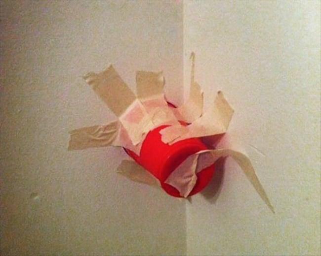 vaso en la pared con araña