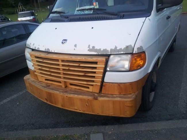 camioneta con defensa de madera