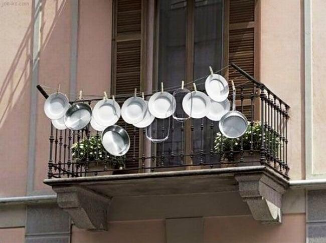 secando platos en el blacón
