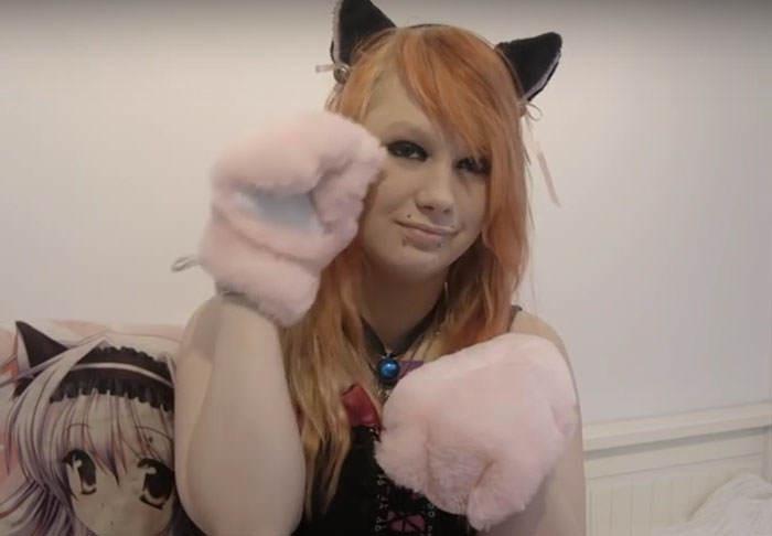 Chica noruega cree que es un gato