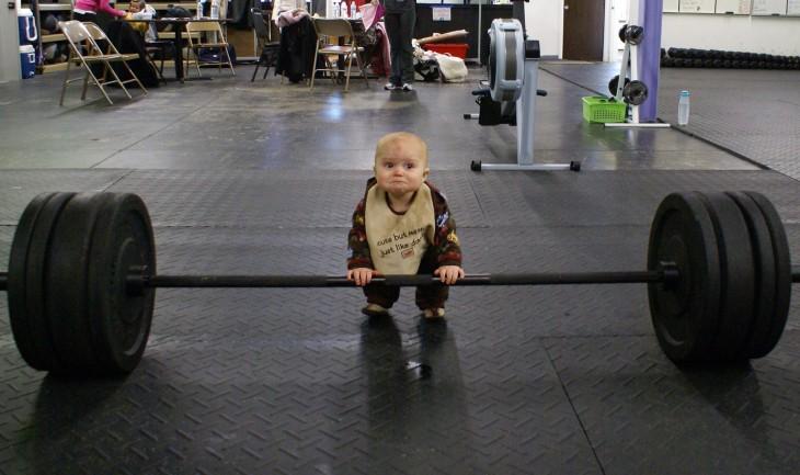 Bebé levantamiento de pesas
