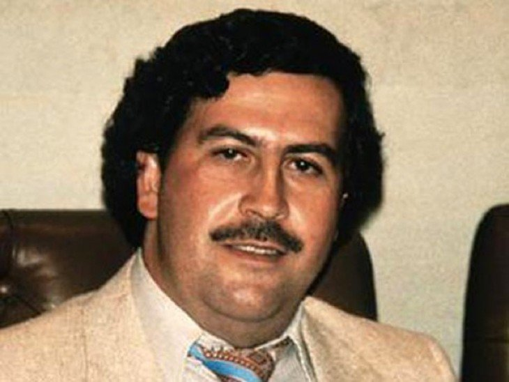 Pablo Escobar en traje y corbata