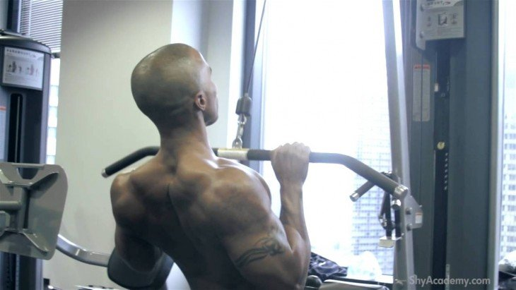CLOSE-GRIP LAT PULLDOWN