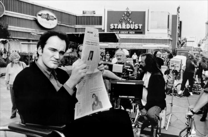 Quentin Tarantino leyendo el periódico