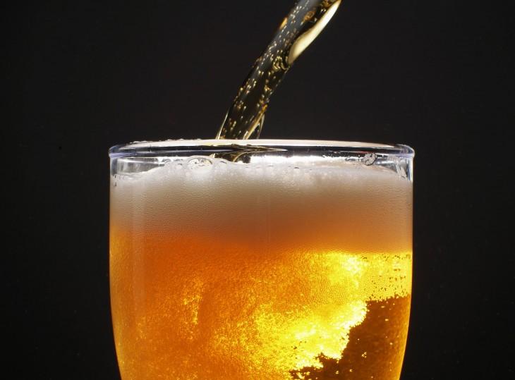 Vertiendo cerveza en un vaso