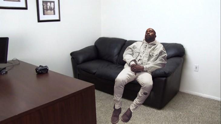 Kanye West dormido bebé photoshop sillón