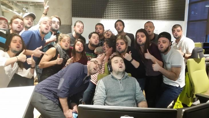 Dormido en la oficina desata batalla de Photoshop