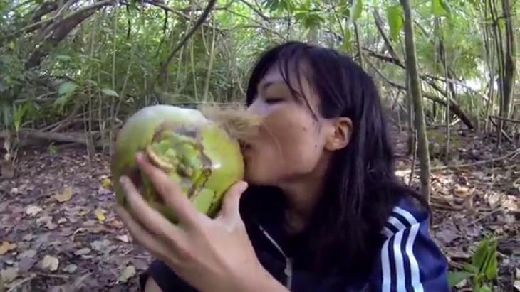 Bebiendo coco en isla