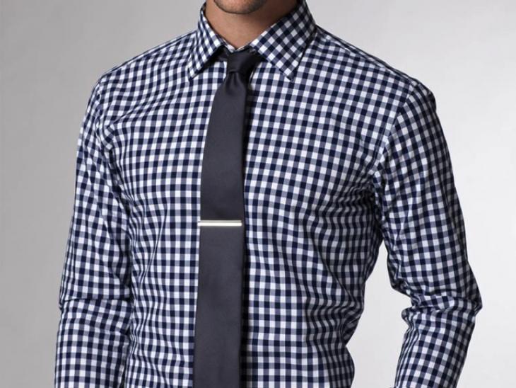 Corbata oscura sobre camisa más clara
