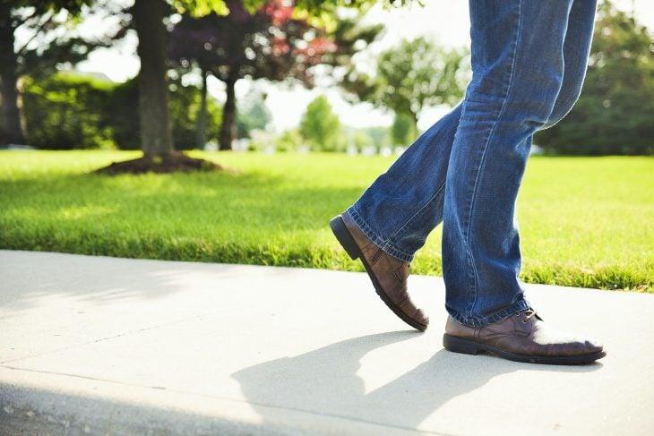 desafios hombre caminando