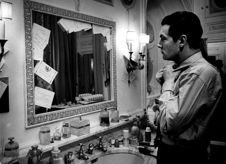 Hombre frente al espejo ajustándose la corbata