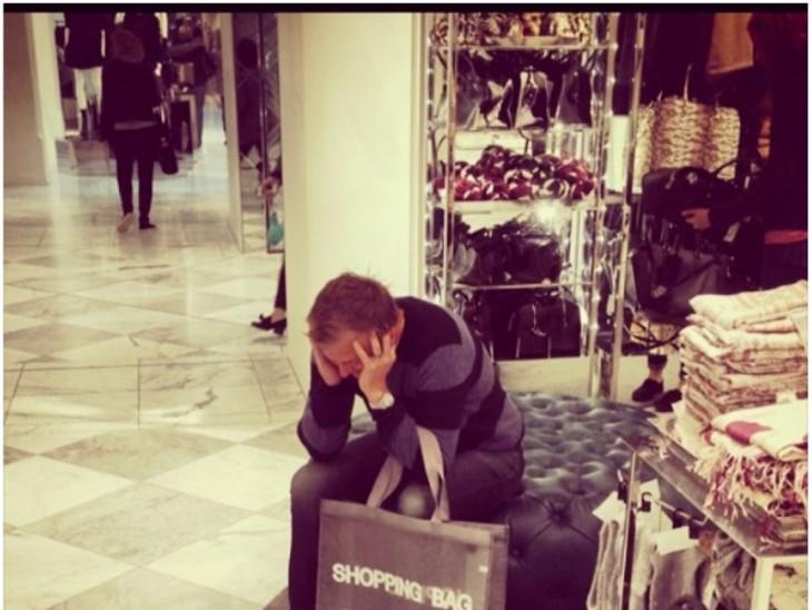 Hombre espera compras mujer