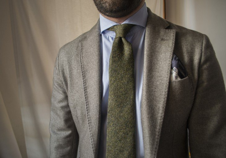Hoyuelo generado en la corbata