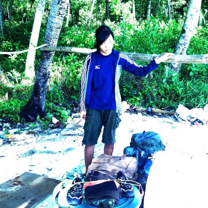 Reikko en la isla desierta con su equipaje