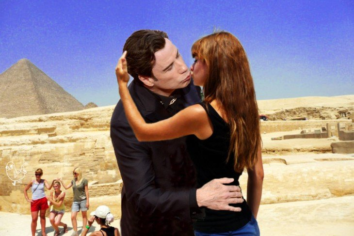 mujer besando a esfinje de giza john travolta