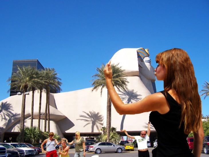 mujer besando a esfinje de giza hotel